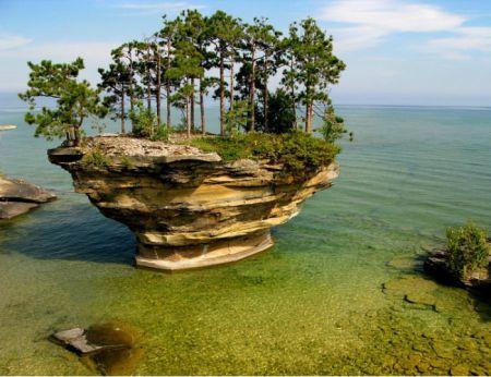 Небольшой остров в районе озера Гудзон.